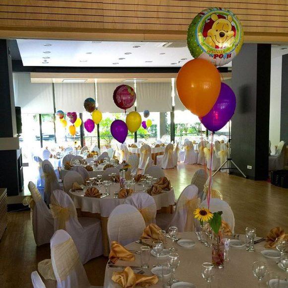 Dekoracija balonima po stolovima punjeni helijumom