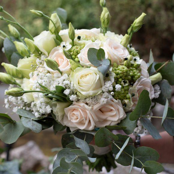 Bidermajer od belog cveća sa zelenilom