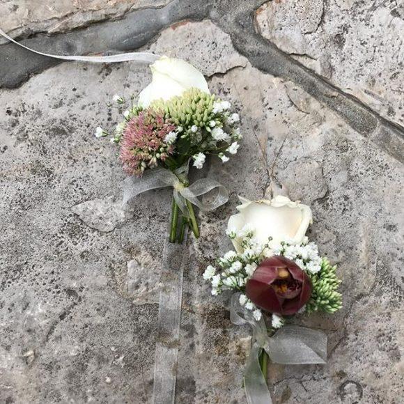 Cvetići za kićenje gostiju i kumova za venčanja