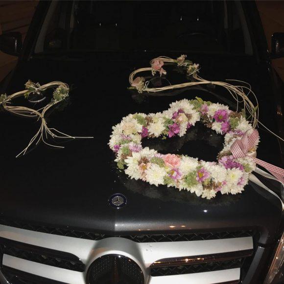 Srce od cveća i pruća na automobilu