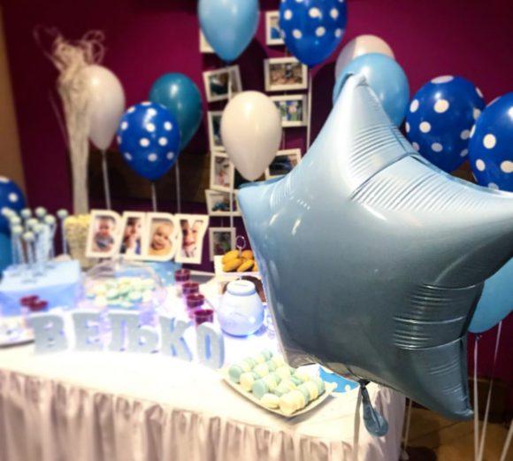 Dekoracija rođendana sa plavim folija balonom zvezda