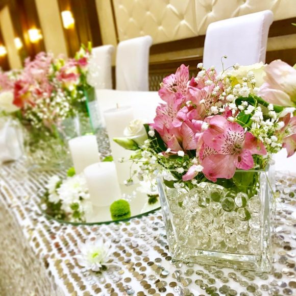 Mladenački sto dekorisan na venčanju sa roze astromeriom