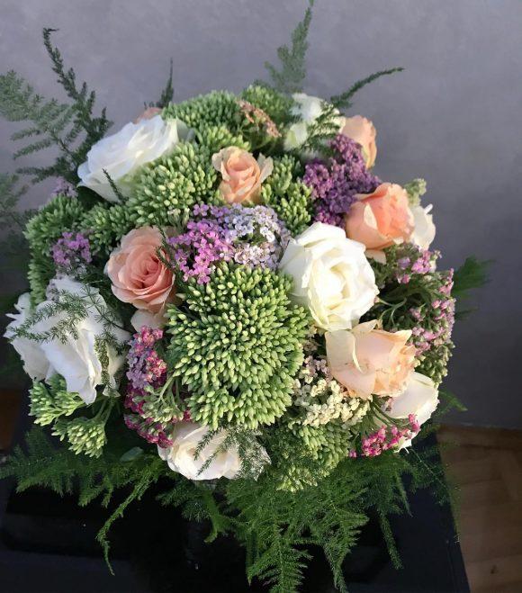 bidermajer sa ružama i zelenilom