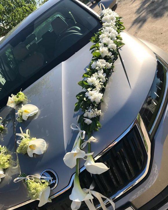 Venac sa belim cvećem na automobilu