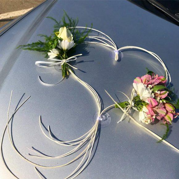 Srce od pruća sa cvetnim buketima belie i roze cveće