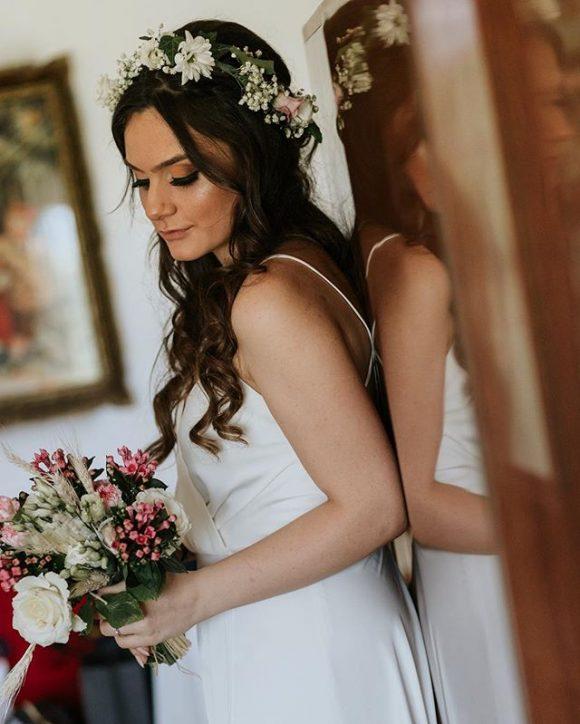 Mlada sa bidermajerom od bele ruže i pšenice