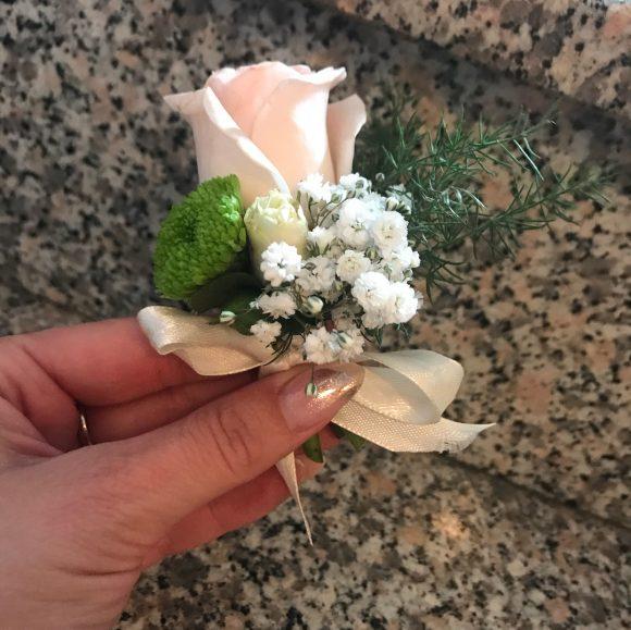 Cvetić za kićenje na svadbi od bele ruže