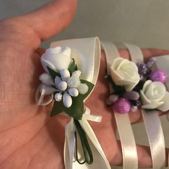 Muški i ženski cvetići za kićenje gostiju na venčanju