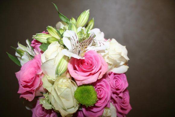 Bidermajer od belog i roze cveća