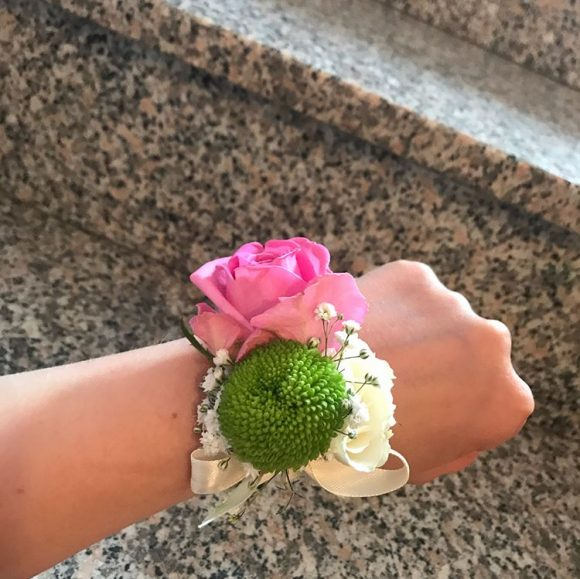 Cvetić za zene oko ruke za venčanje