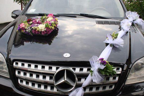 Automobil dekorisan sa cvetnim srcetom i vencem sa cvećem