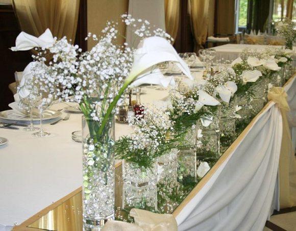 Mladenački sto sa belim kalama