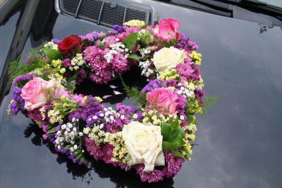 Na mladenačkom automobilu srce od šarenog cveća