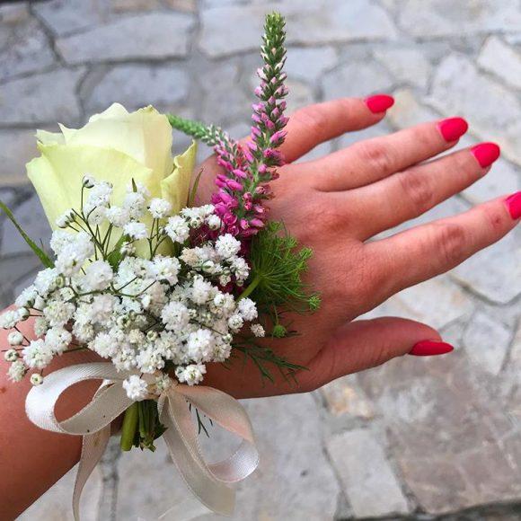 Cvetić od prirodnog cveća za zene na ruci