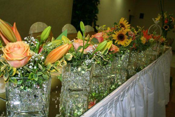 Mladenački sto dekorisan sa ružama, ljiljanom i suncokretom