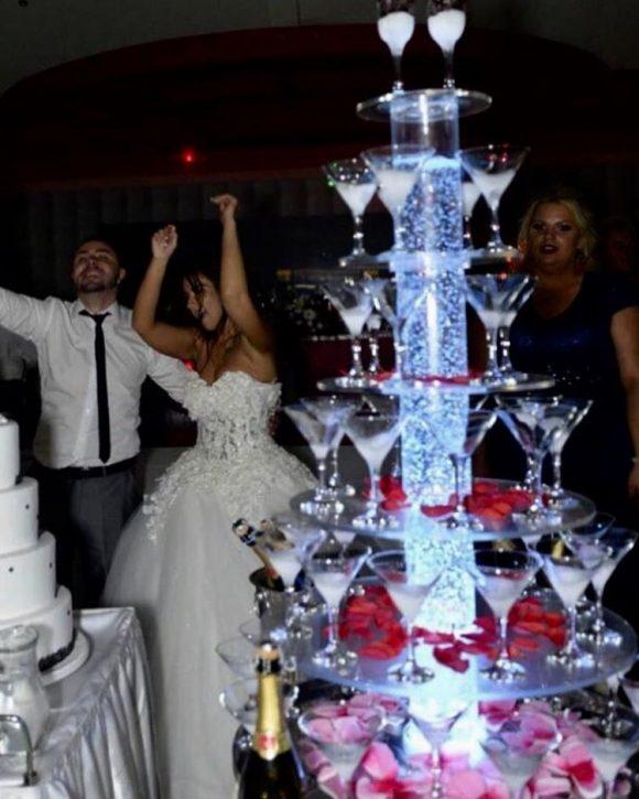 Šampanjac fontana sa dekoracijom na venčanju