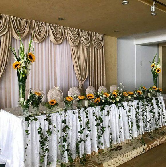 Dekoracija sa suncokretima na stolu za venčanje
