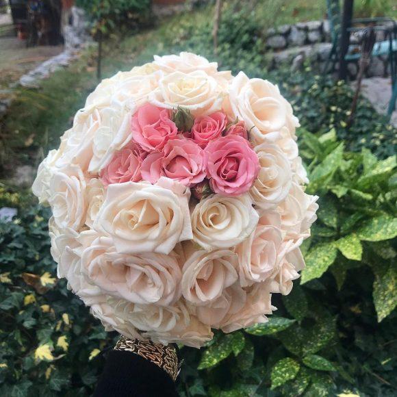 Bidermajer sa ružama roze i belim