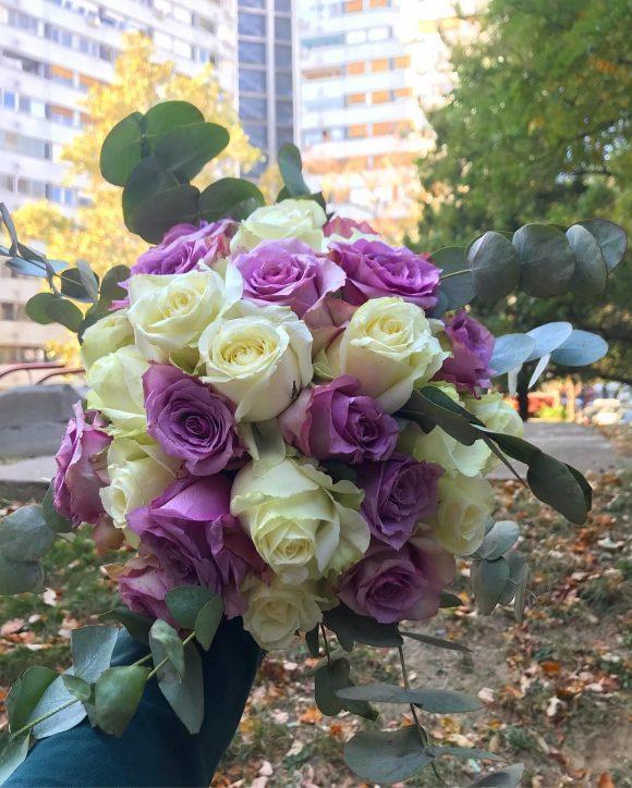 Bidermajer sa belim i ljubičastim ružama i eukaliptusom