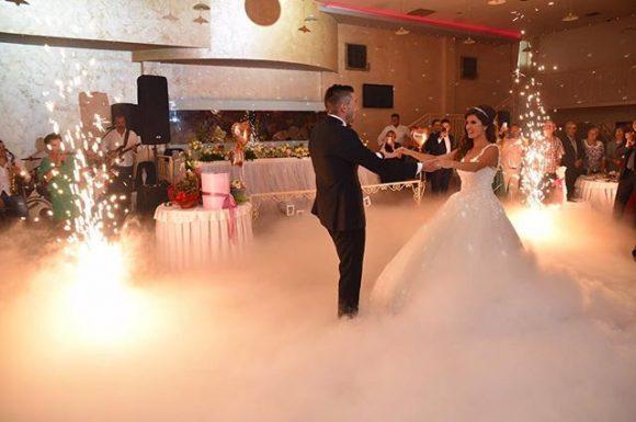 Mlada i mladoženja plešu prvi ples na teškom dimu od suvog leda