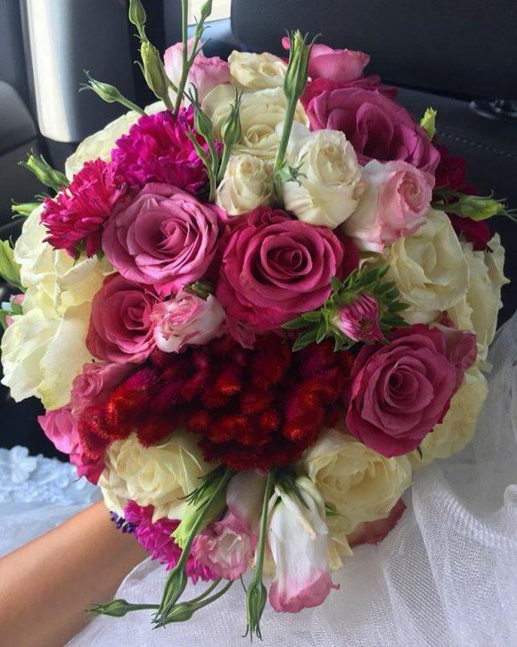 Bidermajer sa belim i roze ružama