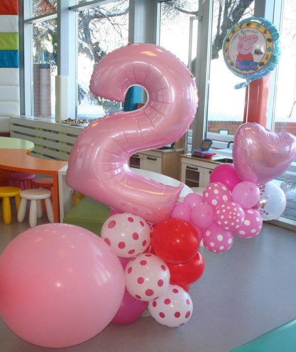 Dekoracja sa balonima u roze boji lateksi folija i broj 2