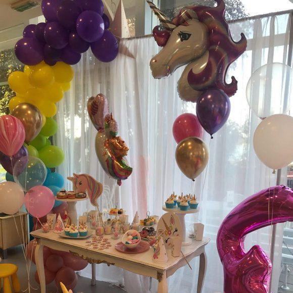 Slatki sto i baloni sa motivima jednoroga