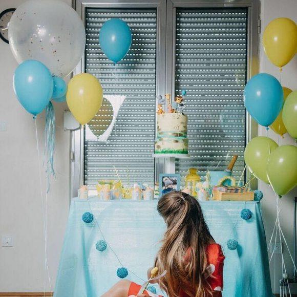 Devojka i slatki sto sa pastelnim bojama plave i žute