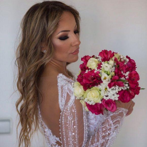 Mlada u venčanici sa bidermajerom od belog i ljubičastog cveća
