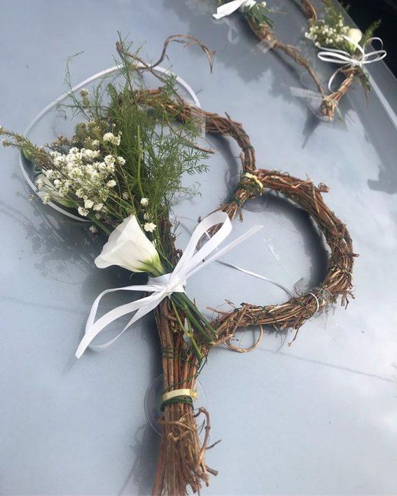 Srce od pruća sa dekoracijom od cveća