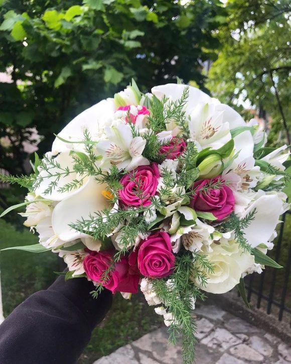 Bidermajer sa roze ruzama i belim kalama