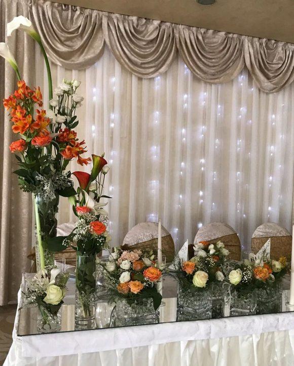 Dekoracija stola za mladence na svadbi