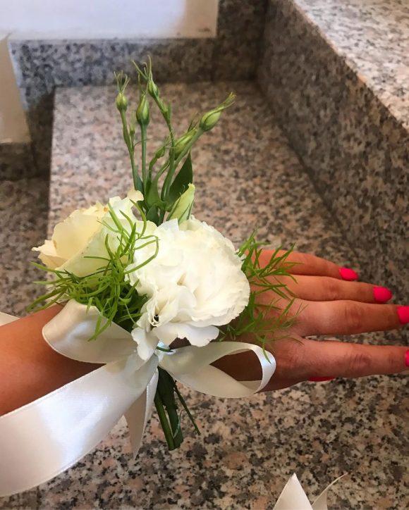 Zenski ćvetić za ruku od belog cveća za venčanje