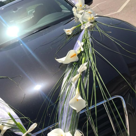 Mladenački automobil dekorisan sa belim kalama