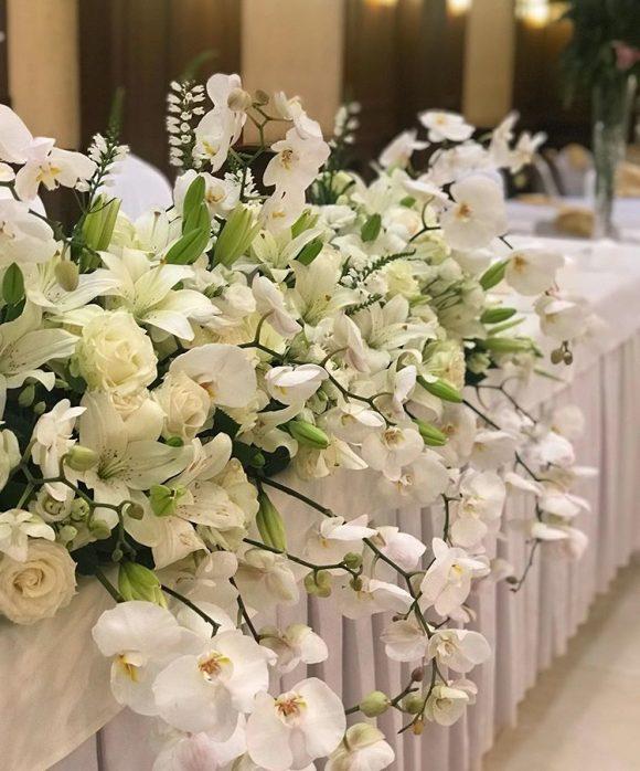 Belo cveće kao dekoracija stola za venčanje