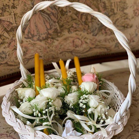 Korpa sa cvetićima za kićenje i svećama za venčanje