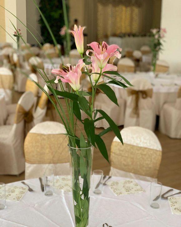 Aranžman u vazi na stolu od cveća