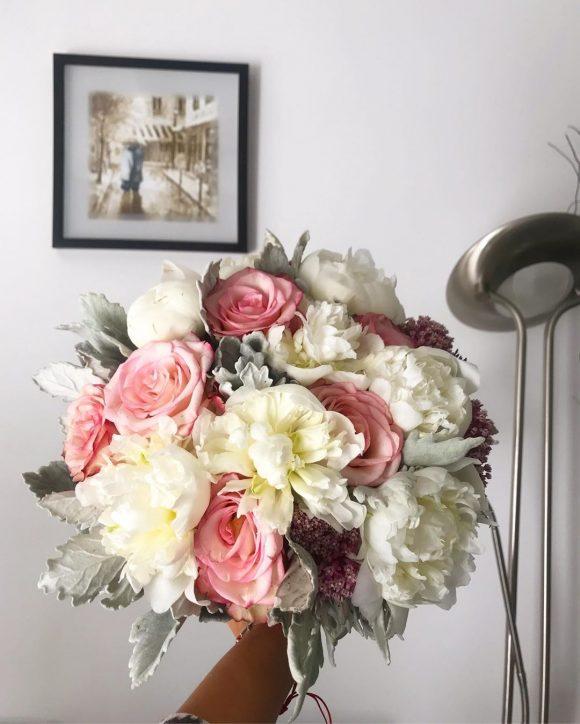 Bidermajer sa belim božurom i roze ružama