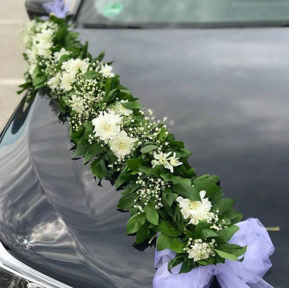 Venac sa belim hrizantemama kao dekoracija na automobilu