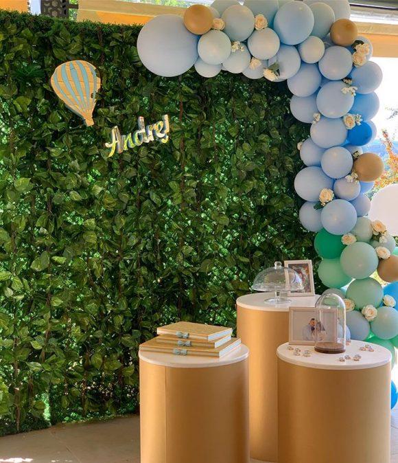 Dekoracija rođendana sa balonima i zelenom pozadinom za slikanje
