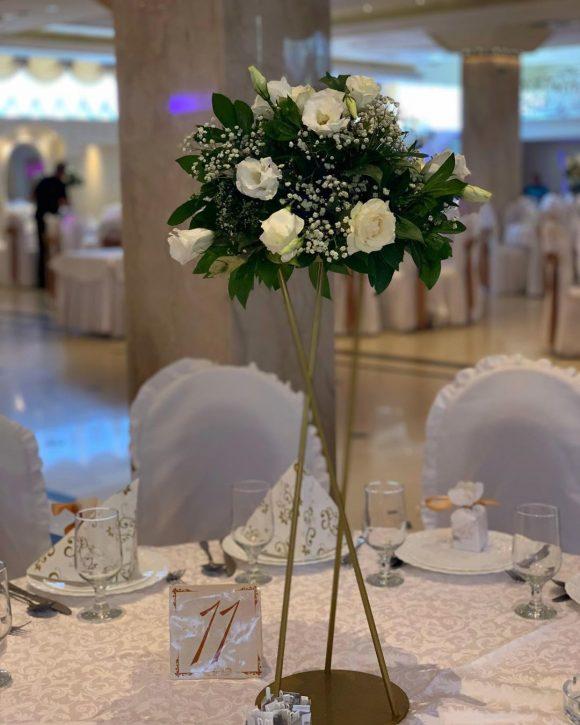 Aranžman na stolu sa belim cvećem