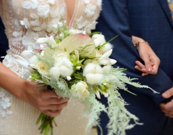 Mlada drži bidermajer od belog cveća