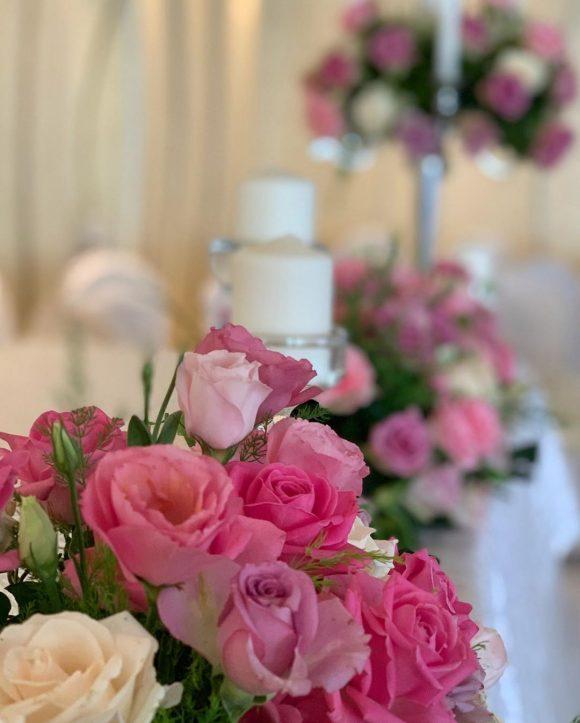 Cveće kao dekoracija na stolu