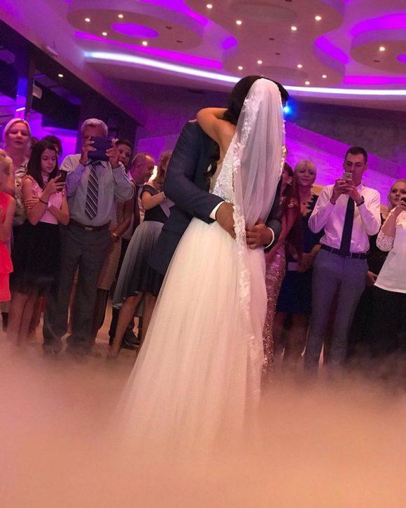 Mladenci na svadbi plešu prvi ples sa teškim dimom od suvog leda
