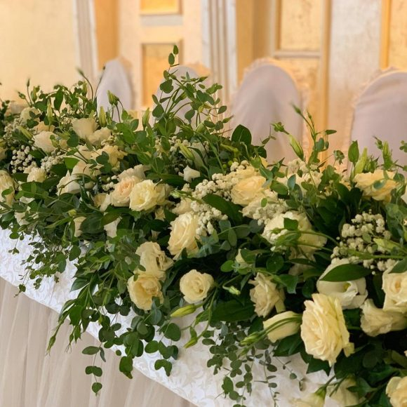 Dekoracija stola sa cvećem na venčanju