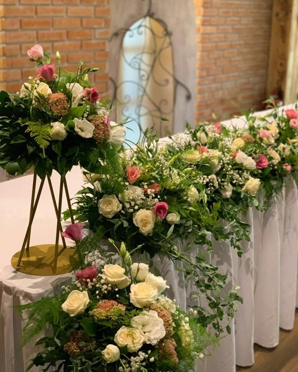 Dekoracija stola za mladence sa cvećem