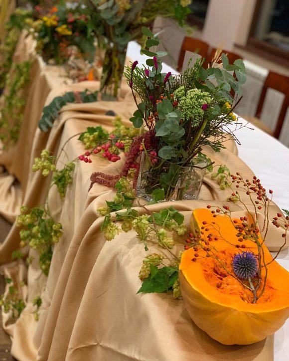Dekoracija stola sa budevom i cvećem
