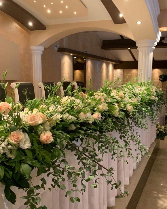 Dekoracija stola za venčanje sa cvećem
