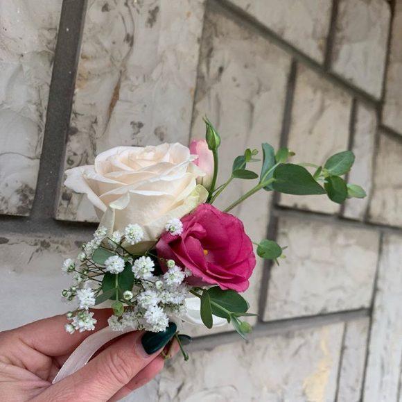 Cvetić za kićenje od bele i roze ruže