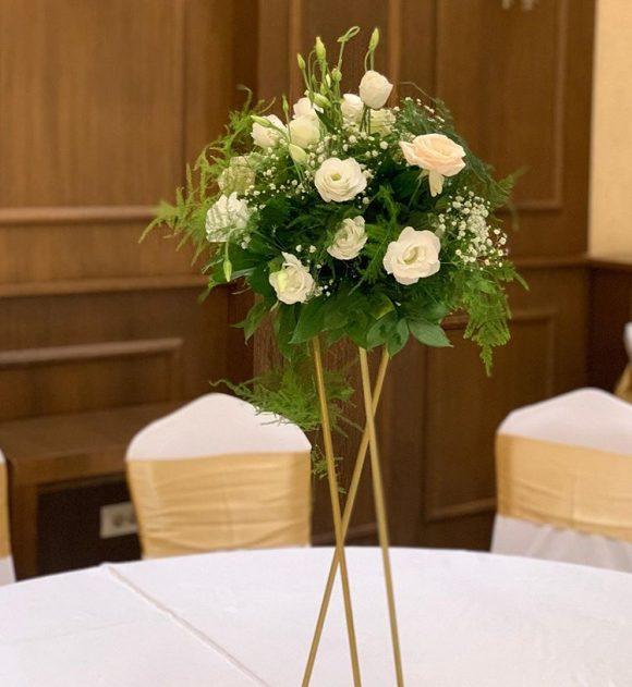 Okrugli aranžman na stalku po stolovima za venčanje